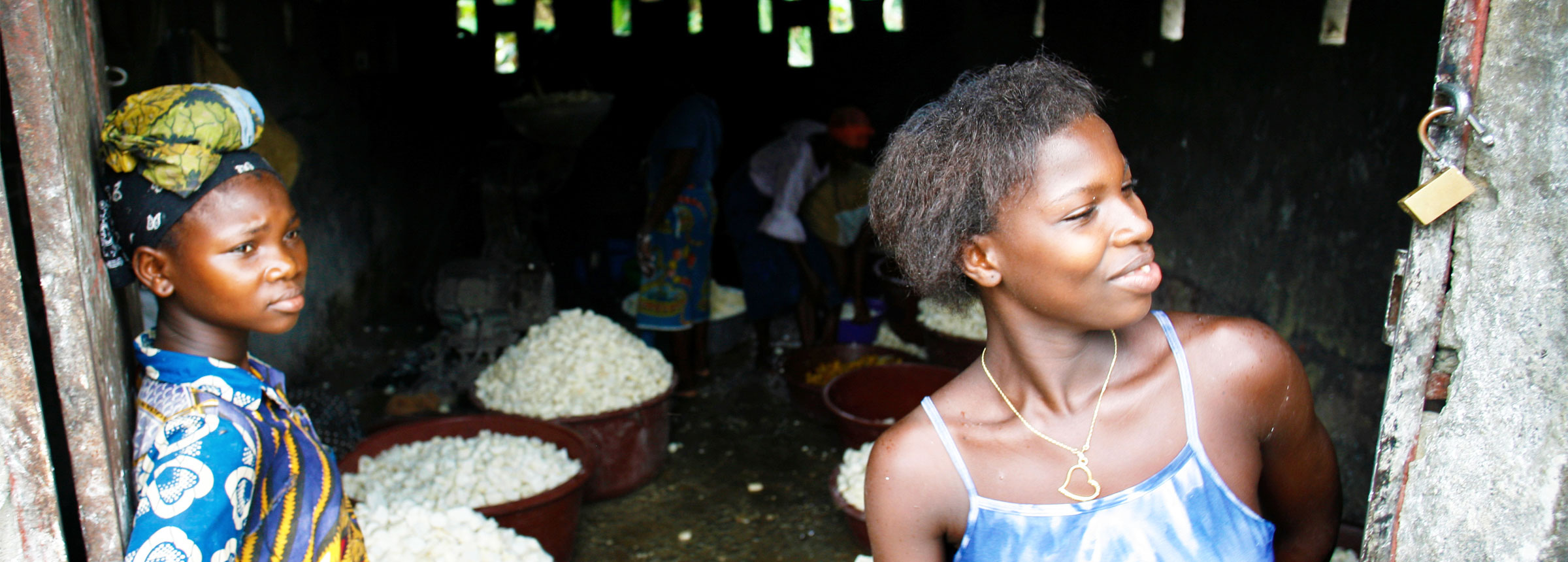 African women cassava operation